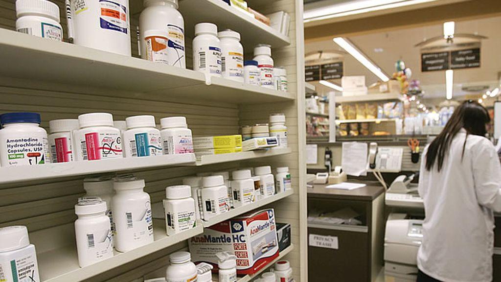 Una farmacia y estanterías con medicamentos