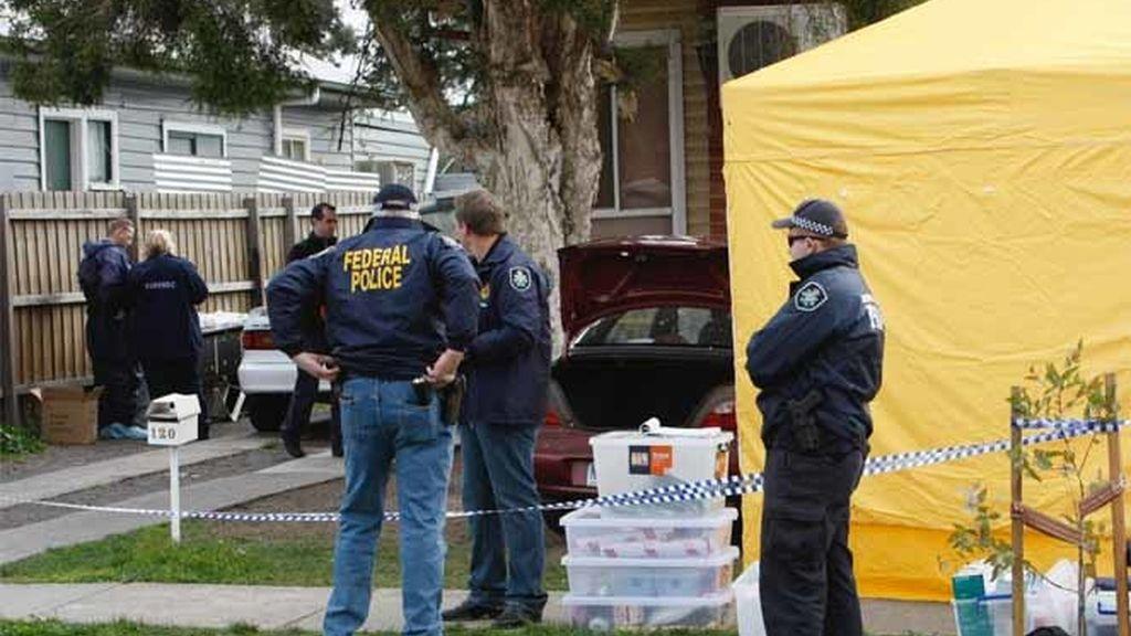 Polícias y expertos forenses registran una vivienda en el marco de una operaciçon antiterrorista en Melbourne, Australia.