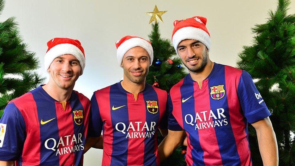 Mascherano y Luis Suárez, con gorro navideño deseando felices fiestas