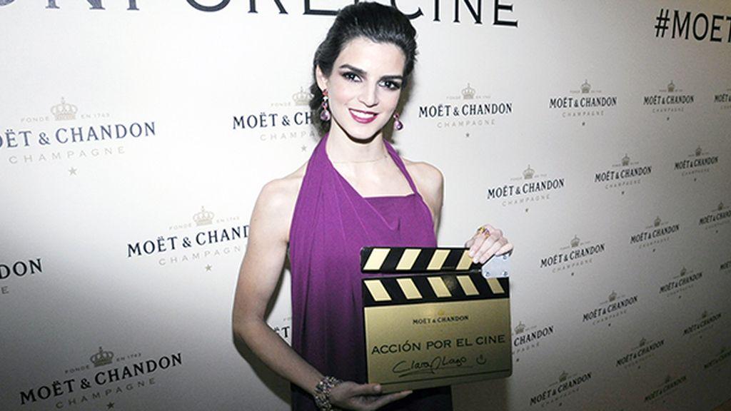 Clara Lago, con joyas de Rabat, no dudó en dejar su autógrafo en la claqueta de Möet & Chandon para la Casa del Actor