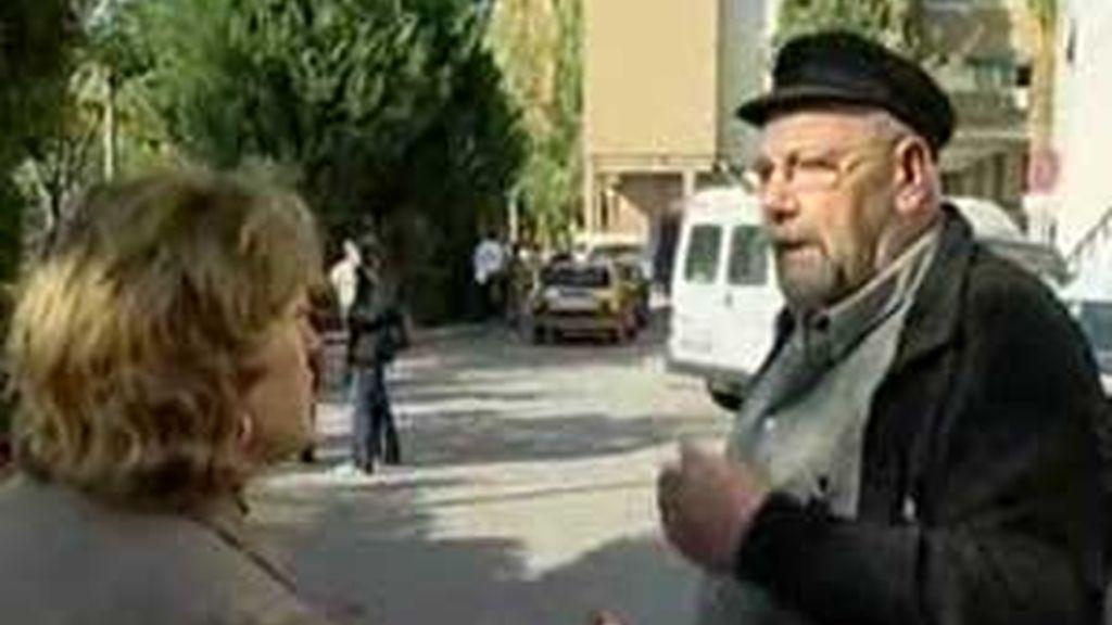 Imagen de archivo de 'El Pocero' hablando con la gente que esperaba por un piso