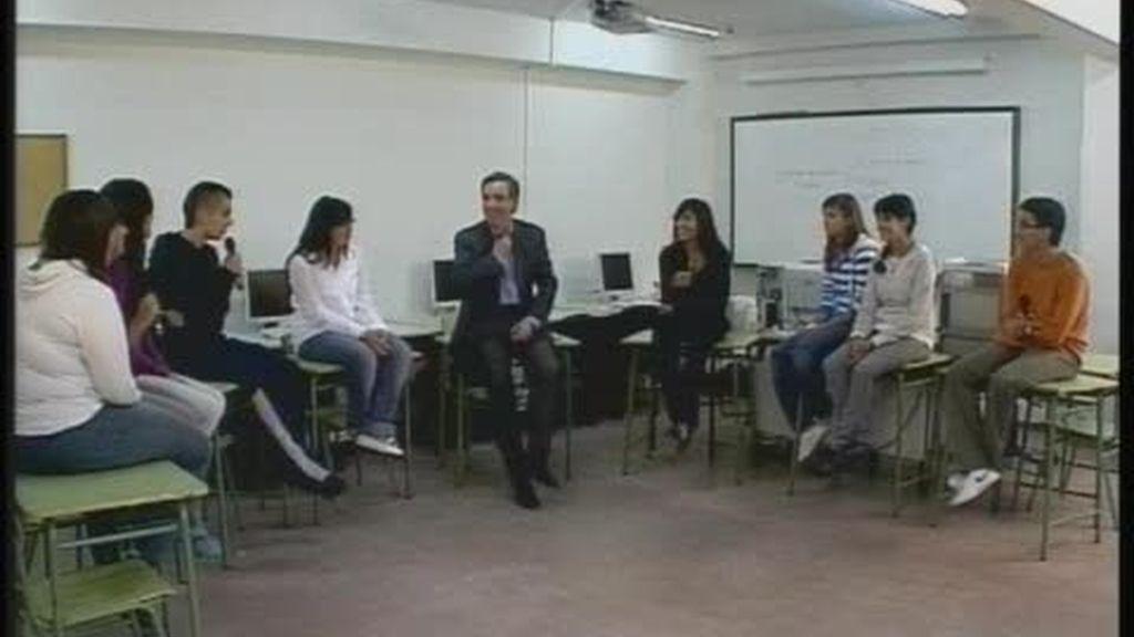Iñaki Gabilondo entrevista a un grupo de jóvenes estudiantes (1 de 2)