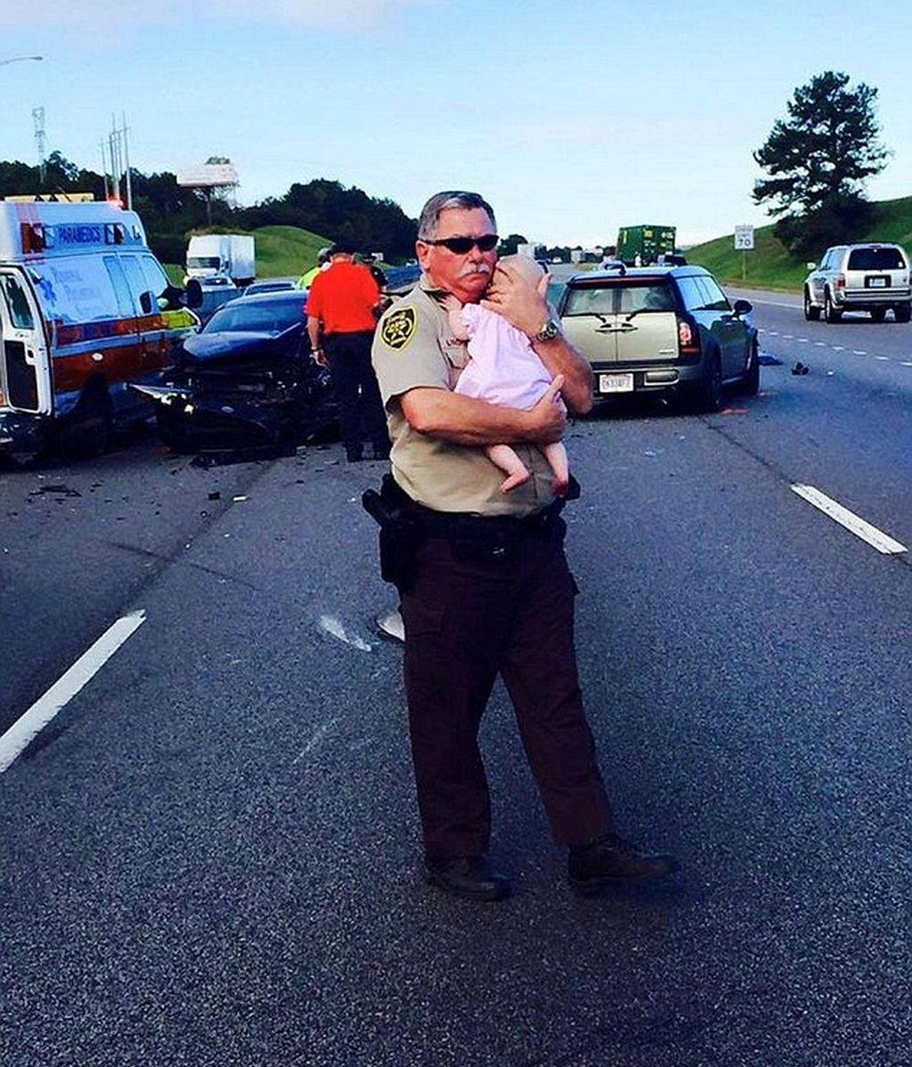 El policía que consuela a un bebé tras un accidente de tráfico, se vuelve viral