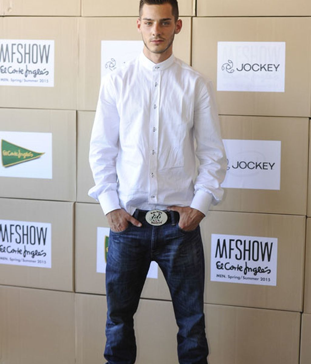 El actor Joel Bosqued con camisa blanca