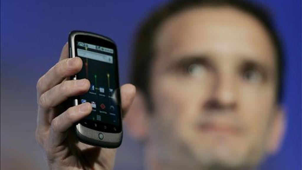 Mario Queiroz, uno de los vicepresidentes de Google, muestra el Nexus One, el primer teléfono móvil que Google venderá directamente a los consumidores. EFE