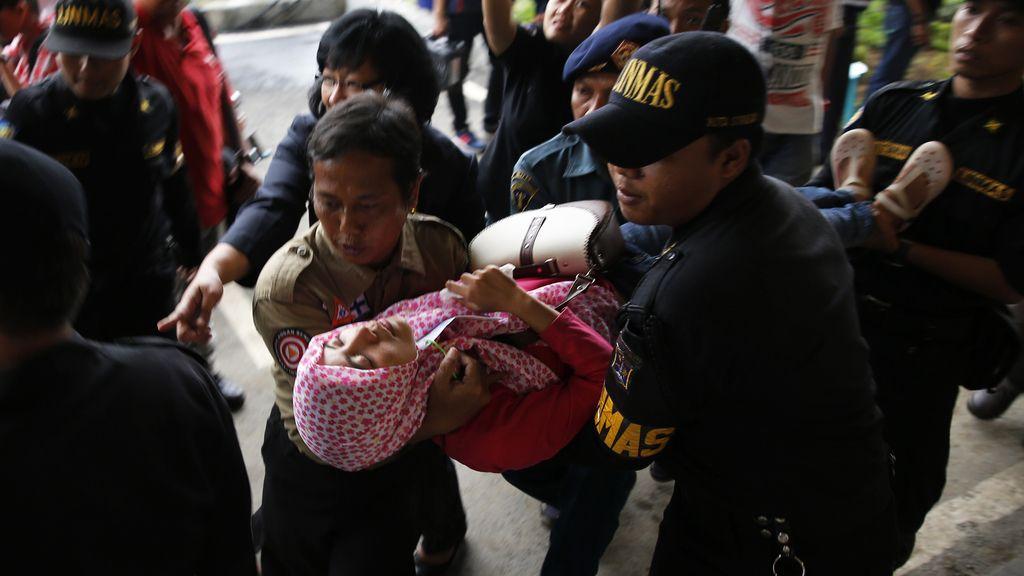 Una de las familiares se desmaya tras recibir la trágica noticia