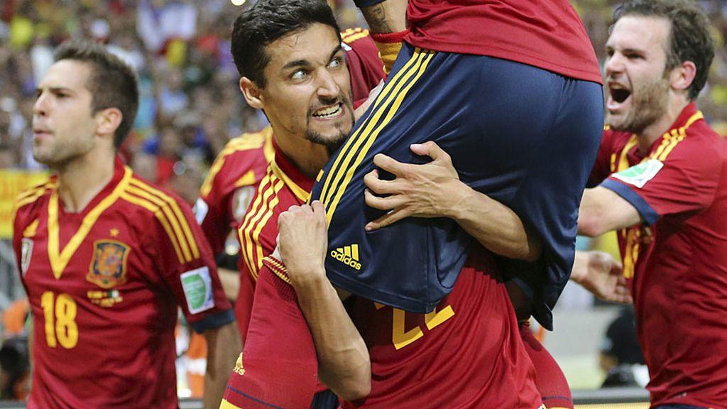 Los jugadores españoles se abrazan a Navas tras el séptimo tanto