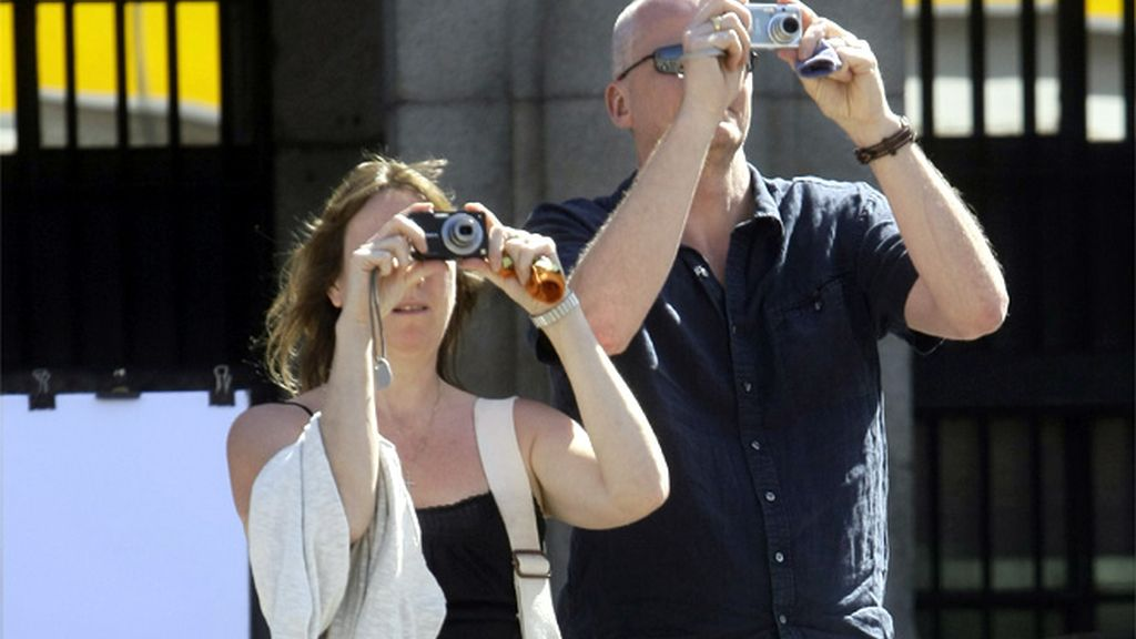 Una pareja de turistas en la Plaza Mayor de Madrid