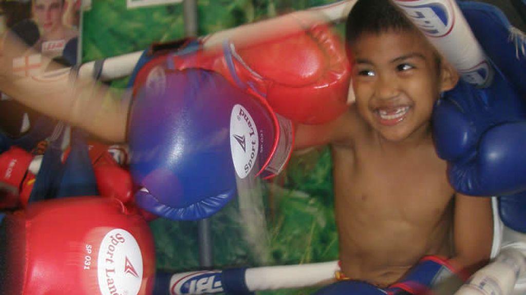 Combate de niños con dureza de adultos