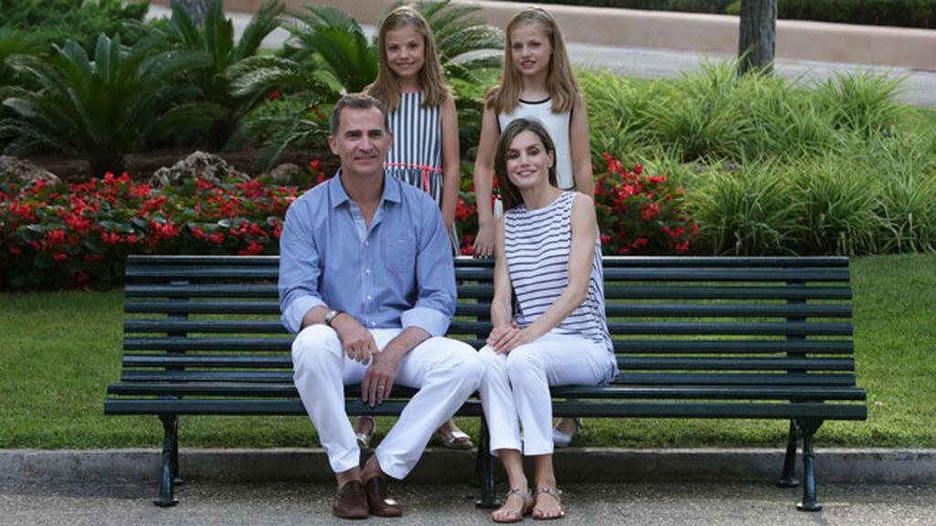 Los reyes Felipe y Letizia junto a sus hijas, la princesa Leonor y la infanta Sofía