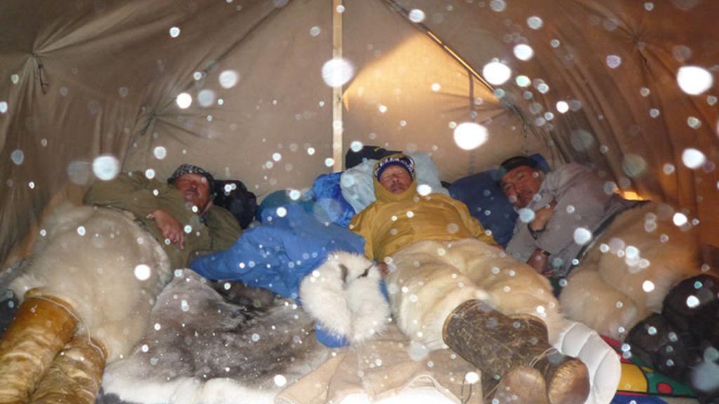 Cazadores Inuit en su tienda