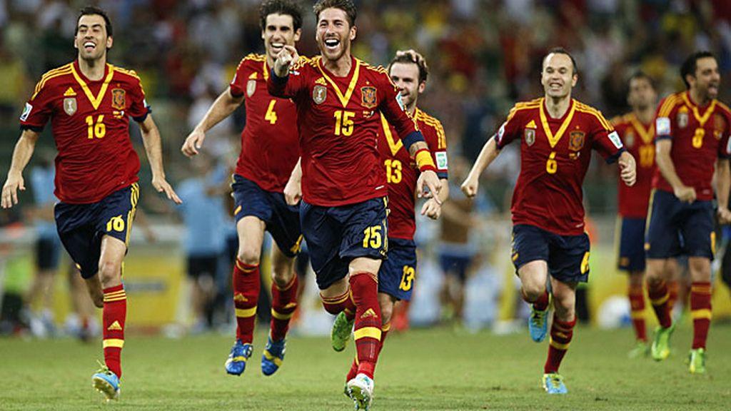 Los jugadores corren a abrazar a Navas tras el último penalti
