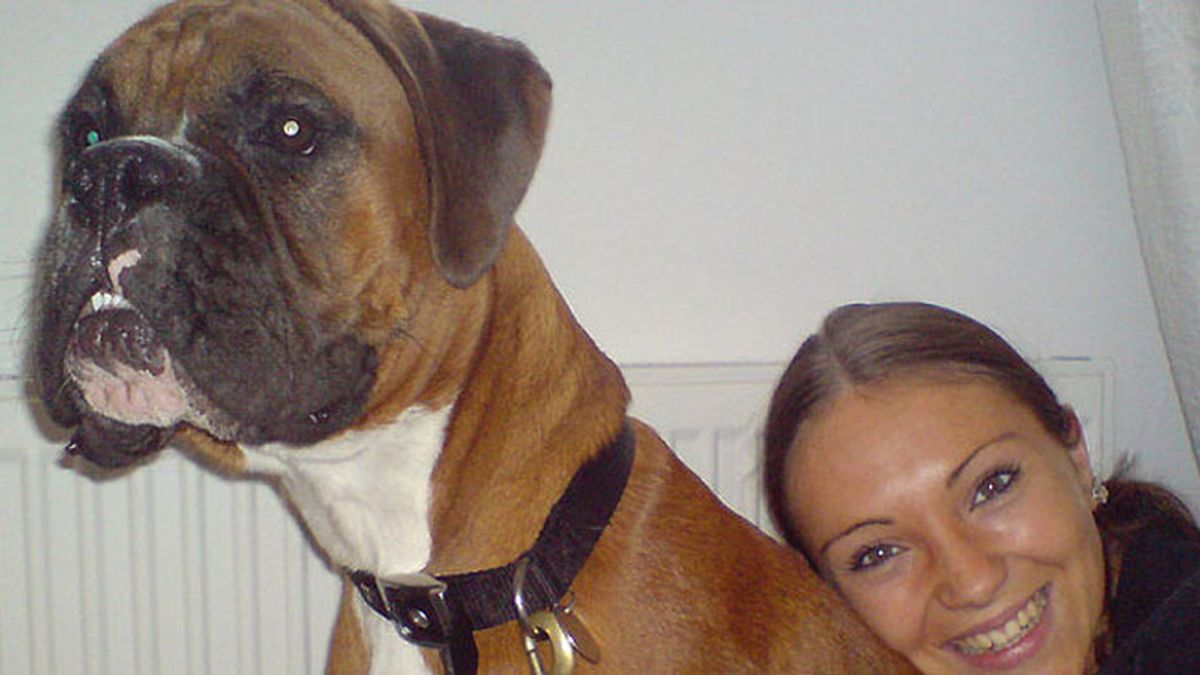 Laura Jacques junto con su perro Dylan
