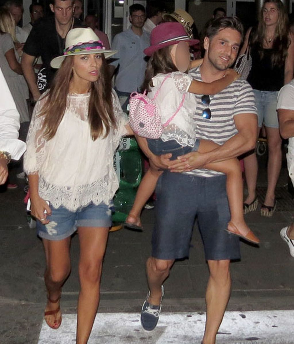 Paula y la pequeña Daniela, vestidas iguales