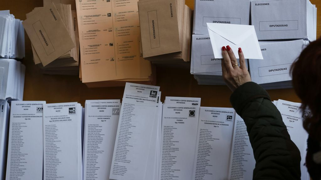Los ciudadanos participan en las duodécimas elecciones generales de la democracia