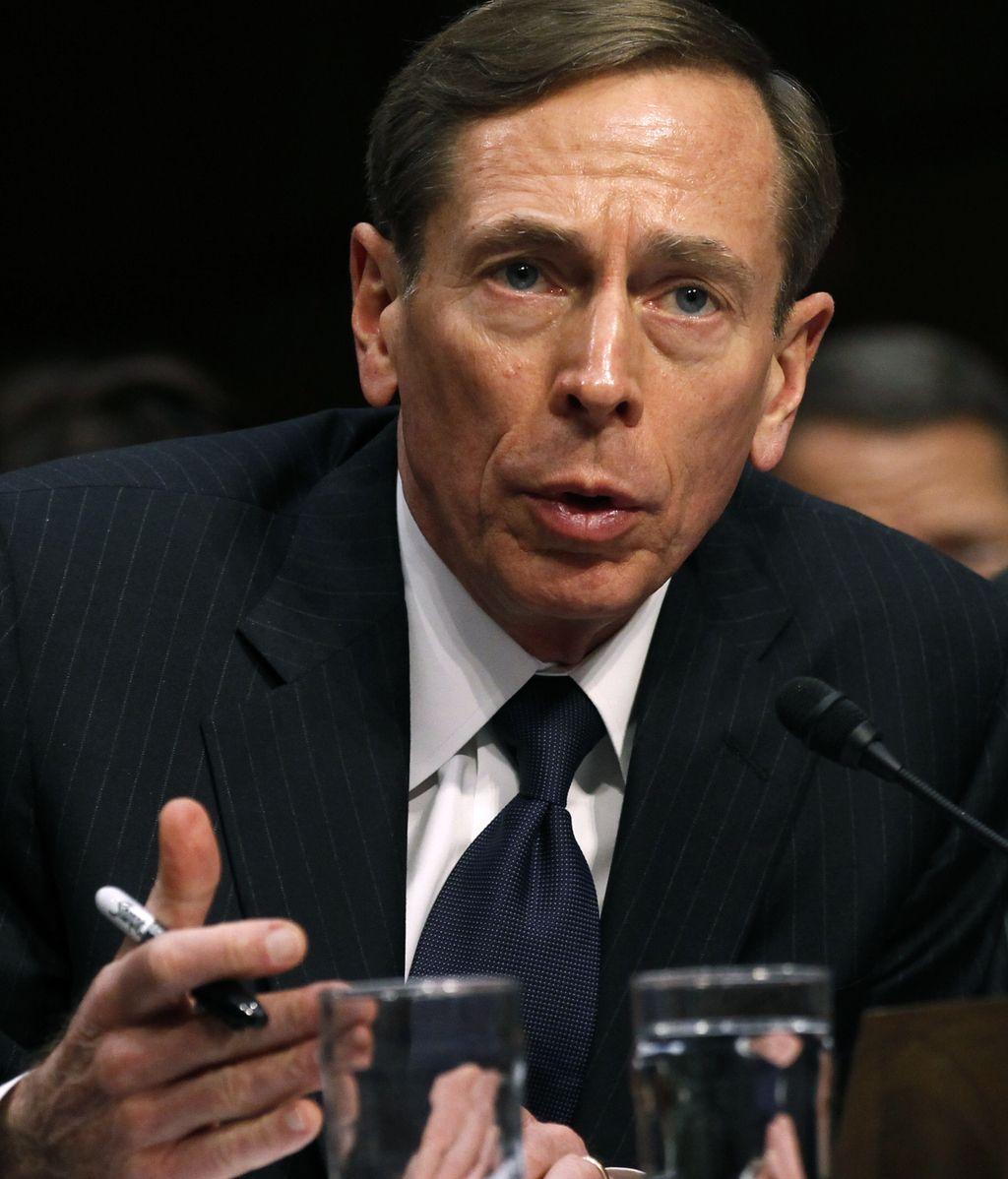 """Una investigación del correo de Petraeus a cargo del FBI destapó la relación """"extramatrimonial"""" con su biógrafa"""