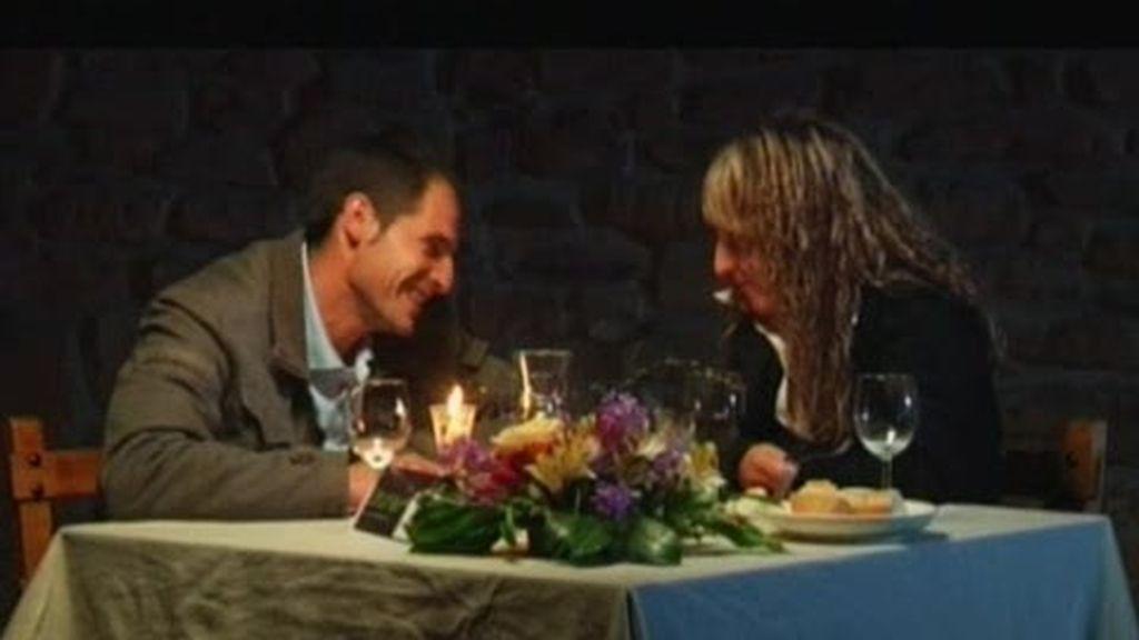 Carlos se sincera con Natalia en una romántica cena