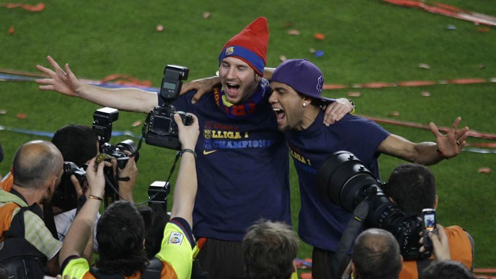Messi y Alvés no pueden disimular la euforia con la prensa