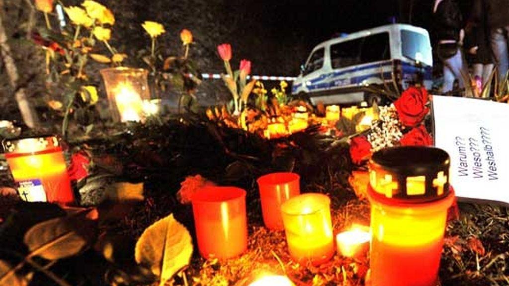 Velas y ramos de flores en honor a las víctimas