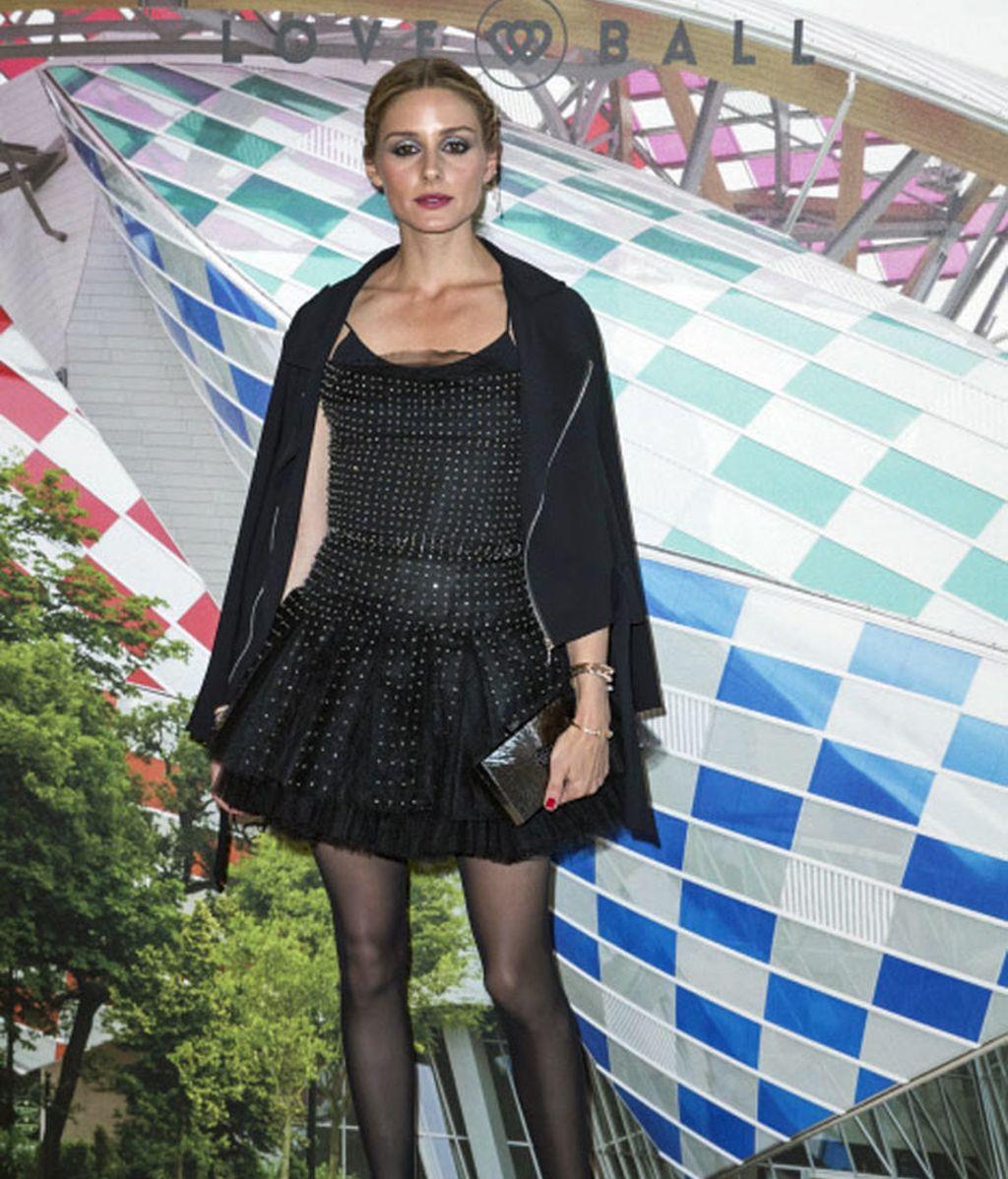 La it Olivia Palermo no defraudó un estilo LBD y unas sandalias con lazada