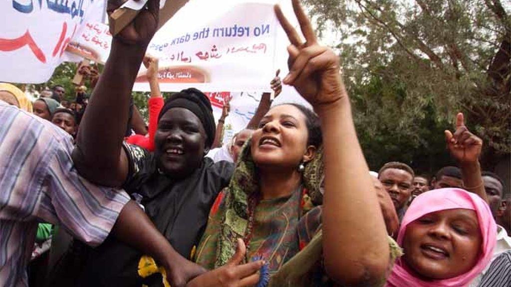 Mujeres sudanesas se manifiestan a favor de la periodista Labna Ahmed Husein