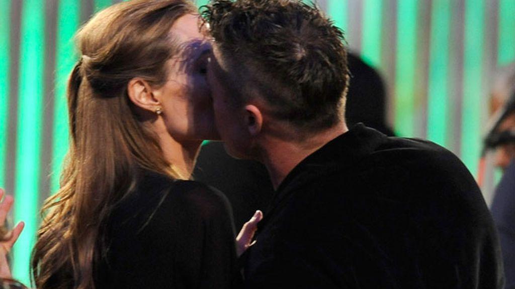Brad Pitt y Angelina Jolie celebran los premios comiéndose a besos