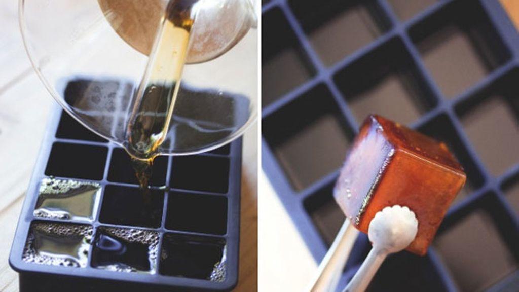 Congela café en moldes para hielo