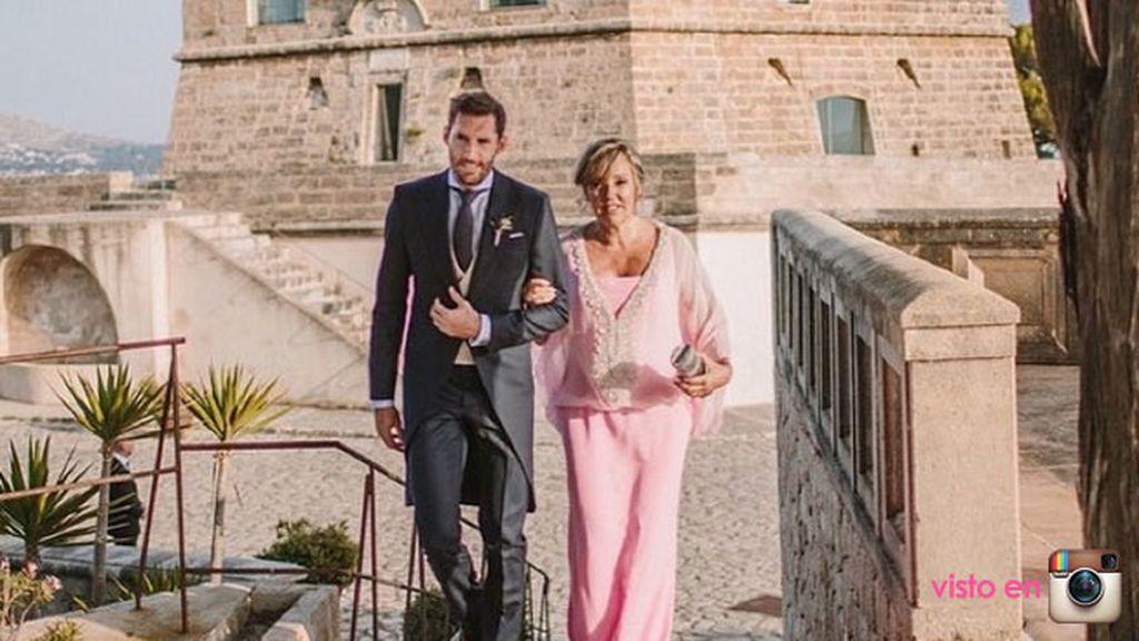 Rudy, a la llegada a la finca, junto a su madre, en traje rosa de pantalón