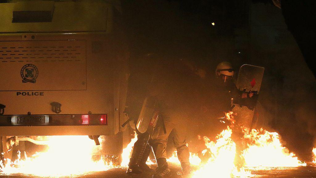 Fuertes enfrentamientos en Atenas en el aniversario de la muerte de un joven por la Policía