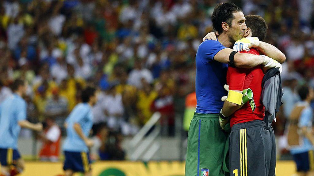 Buffon y Casillas se abrazan tras el partido