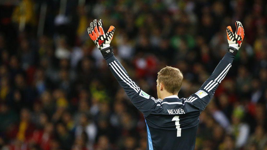 Neuer no se podía creer que sus compañeros fallaran todas las ocasiones