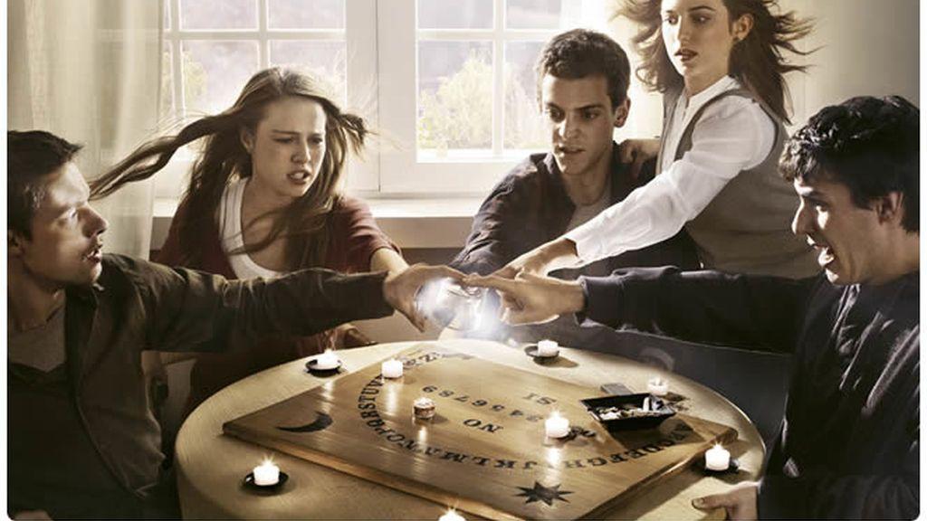 La Ouija les lleva a sentir fuertemente la presencia de espíritus