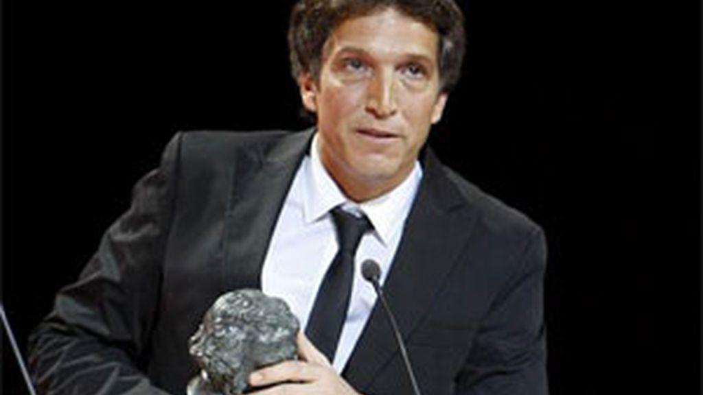 Albert Solé con su Goya durante la ceremonia. Foto:EFE