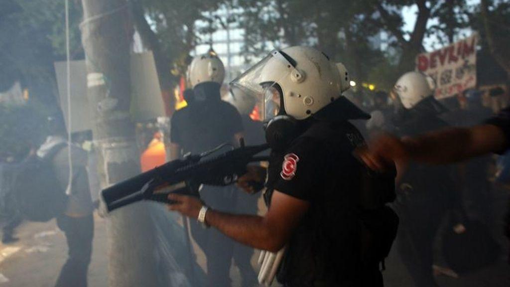 Miles de turcos se enfrentan a la Policía tras el desalojo de la plaza Taksim
