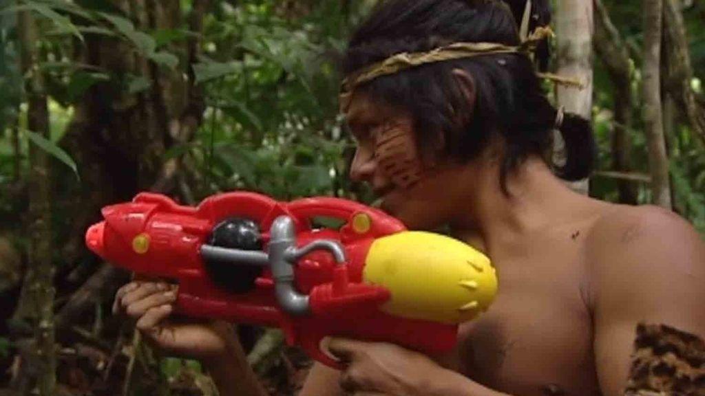 Victor y David se enfrentan a la tribu con pistolas de agua