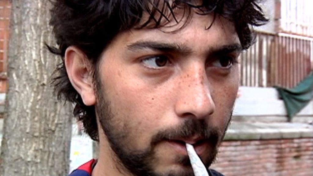 Un joven a punto de consumir hachís