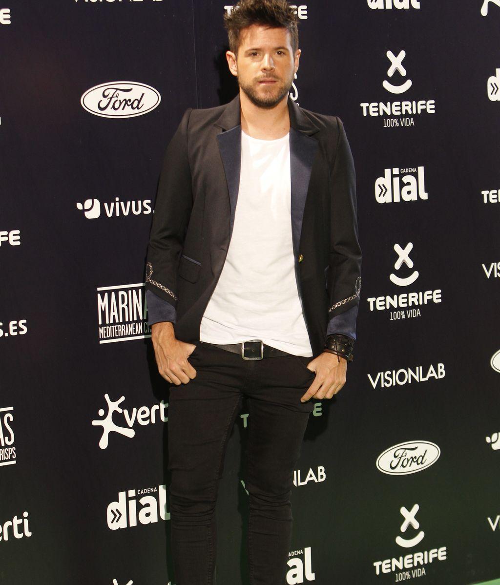 El malagueño Pablo López con camiseta blanca y 'blazer' negra