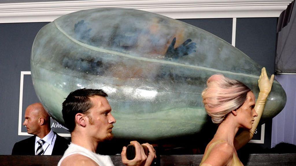 Lady Gaga aparece en los Grammy dentro de un huevo gigante