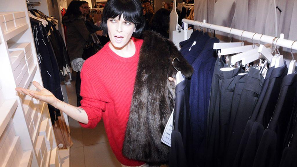 Bimba Bosé no dió abasto comprando las prendas de la nueva colección de H&M