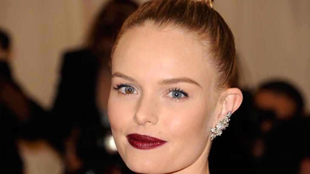 Kate Bosworth, peinado engominado con maquillaje granate