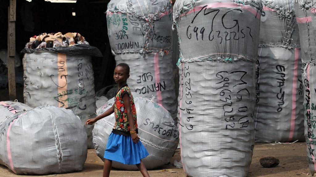 Fabricando zapatos en Nigeria
