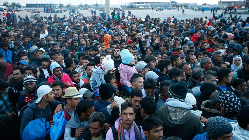 Refugiados luchan por llegar a Budapest