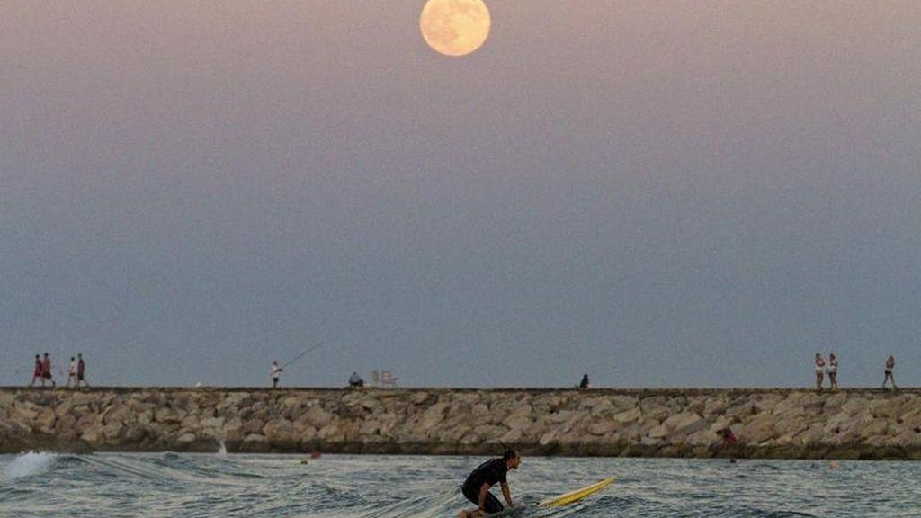 La superluna ilumina el Mediterráneo