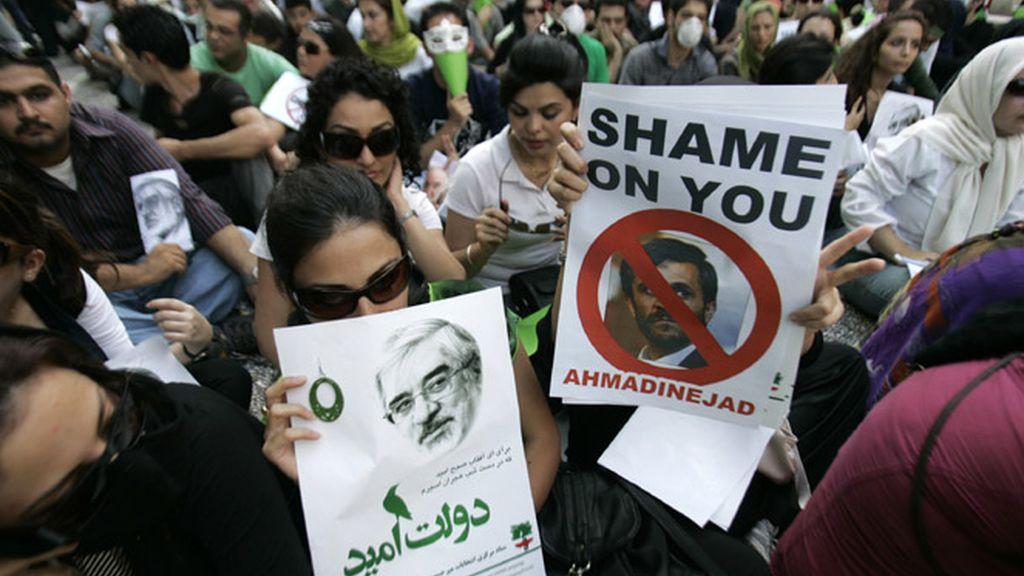 Manifestantes contra el fraude electora iraní