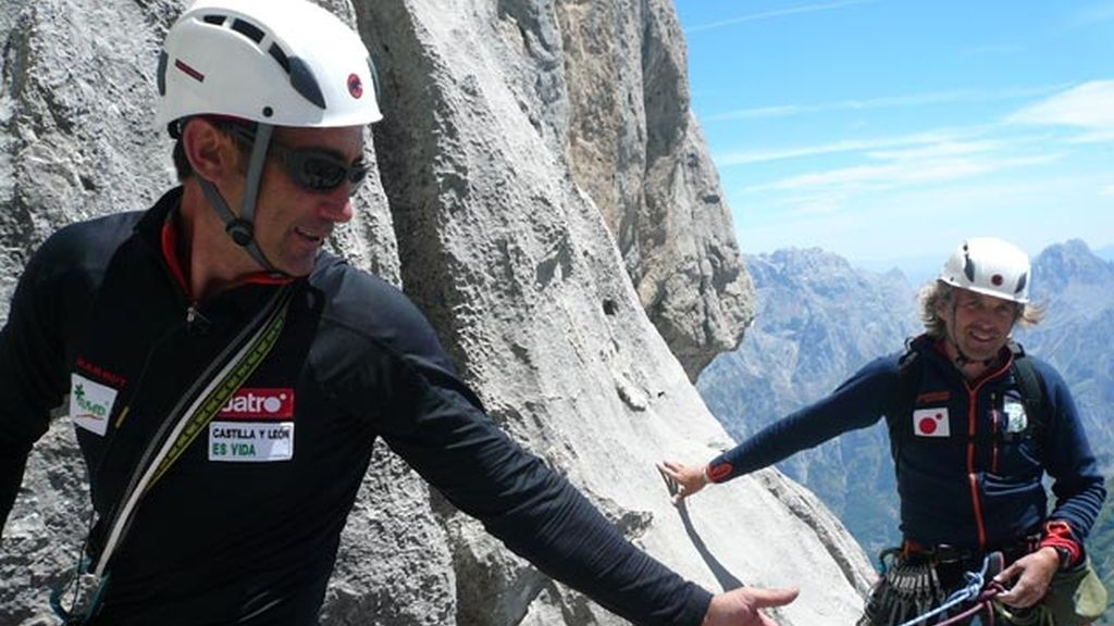 Carlos y Jesús ascienden Torre Santa, en Los Picos de Europa