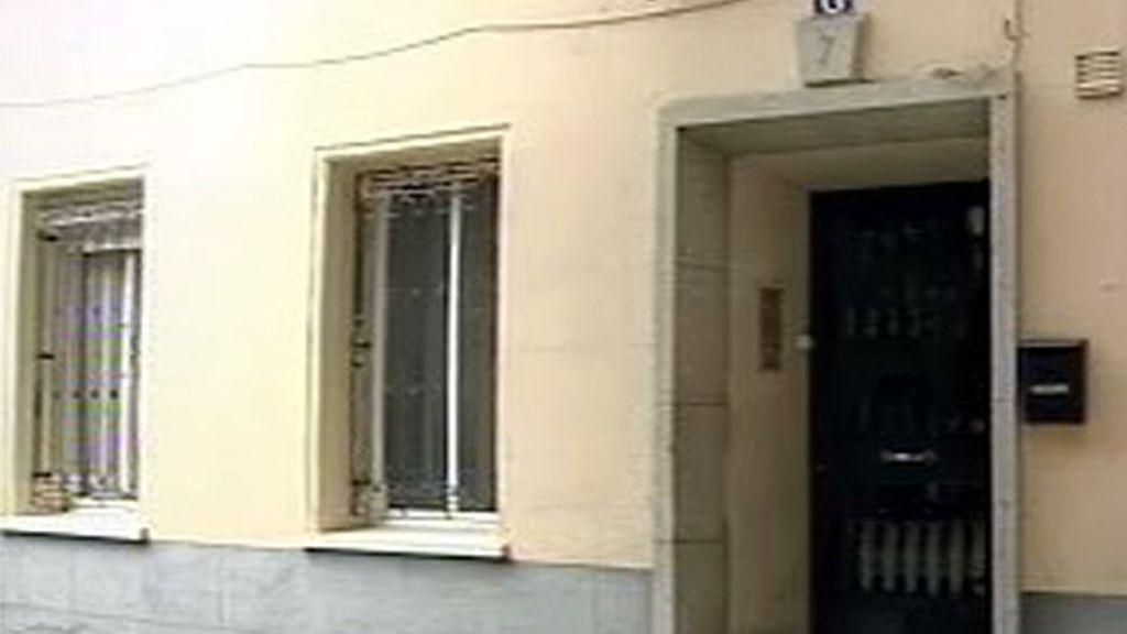 El portal del edificio donde vivía la fallecida