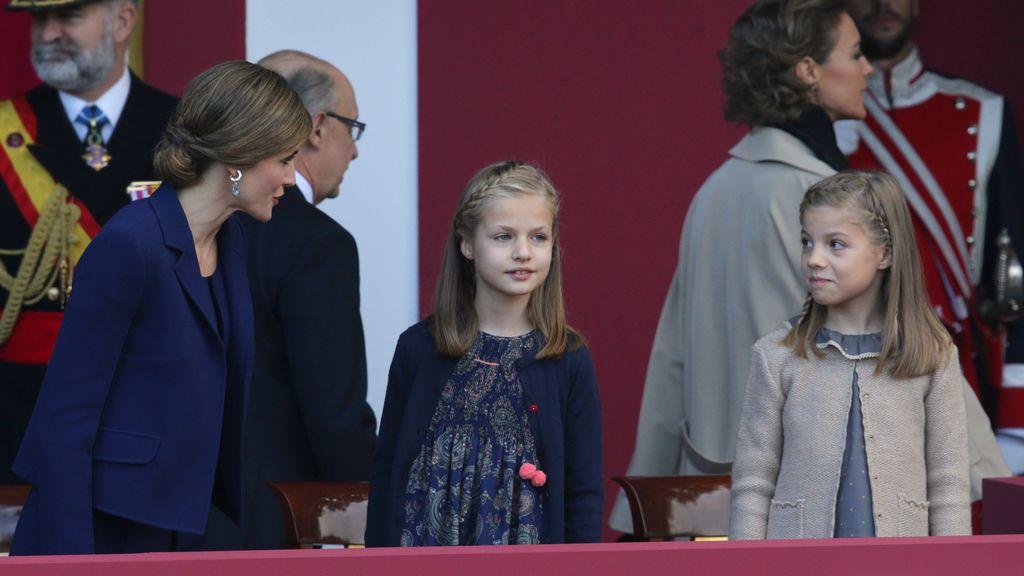 La reina conversa con sus hijas, la infanta Sofía y la Princesa de Asturias