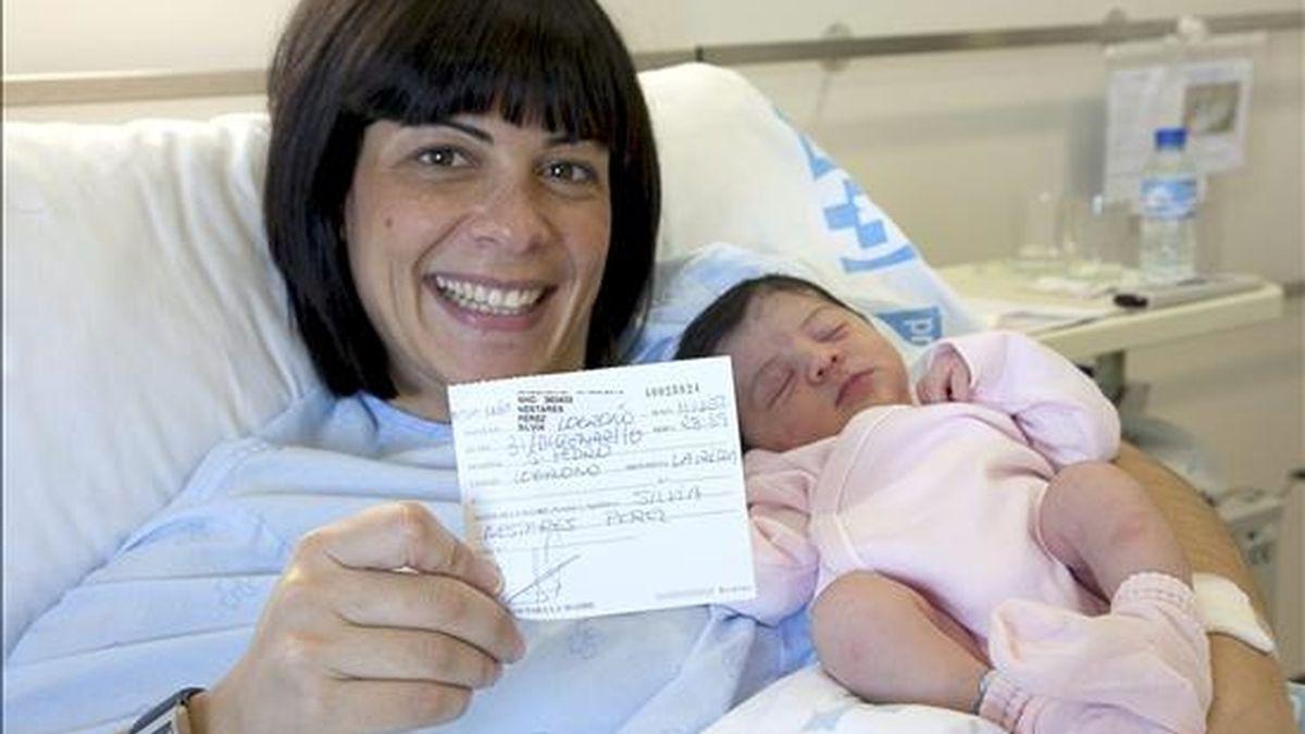 """La pequeña Amalia Fernández Nestares, hija de David Fernández, de 34 años, y de Silvia Nestares, de 33, nació a las 23,59 horas de ayer en el Hospital San Pedro de Logroño, adelantándose una semana, y es el último recién nacido que recibirá el """"chequé bebé"""". EFE"""