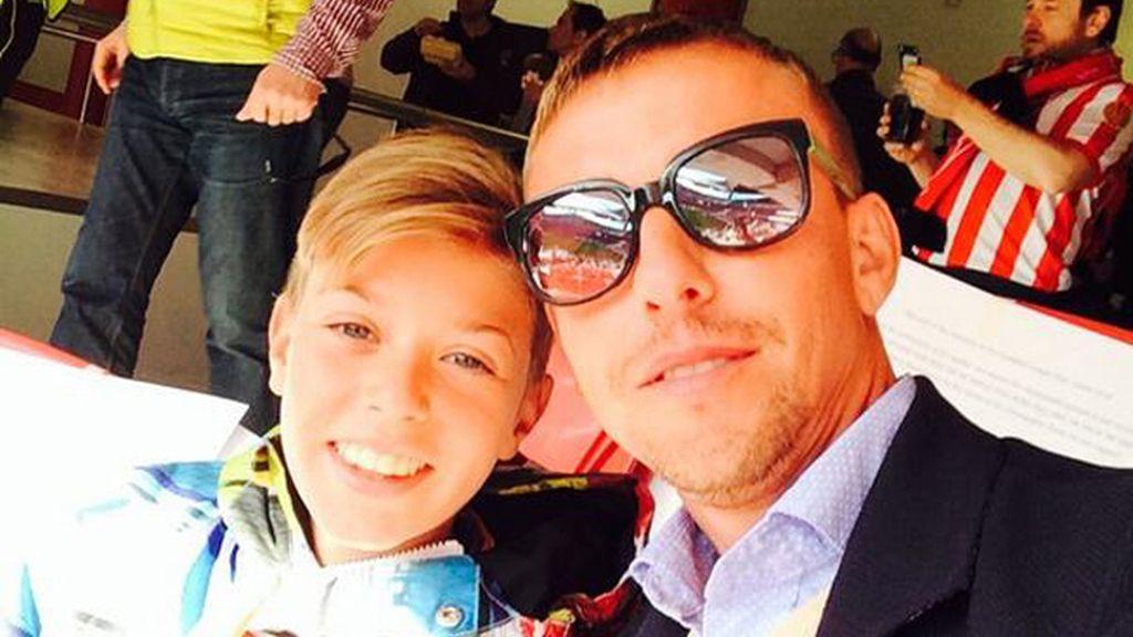 Guti y uno de sus hijos con Arancha de Benito