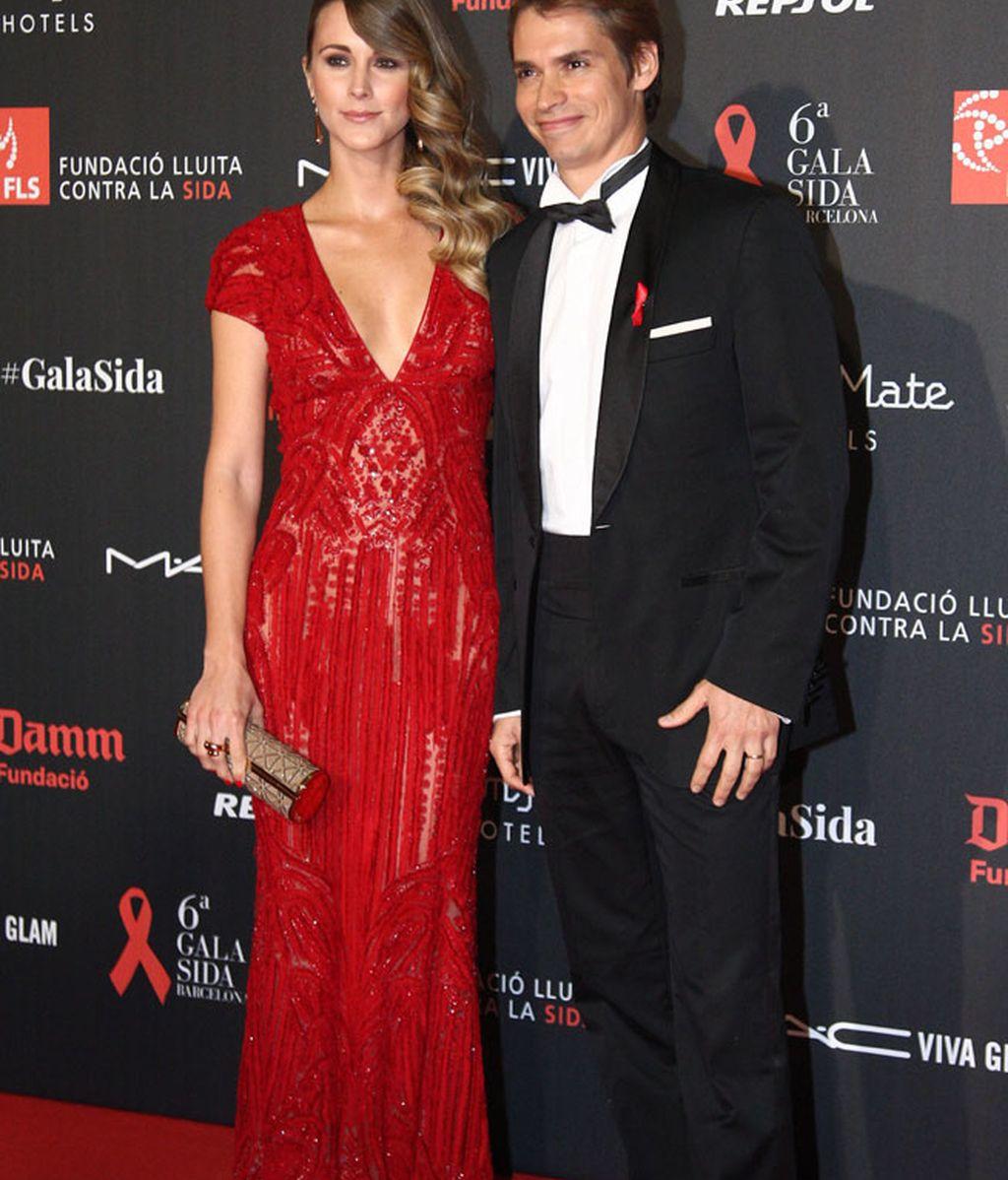 Carlos Baute y su mujer Astrid Klisans espectacular de rojo y transparencias